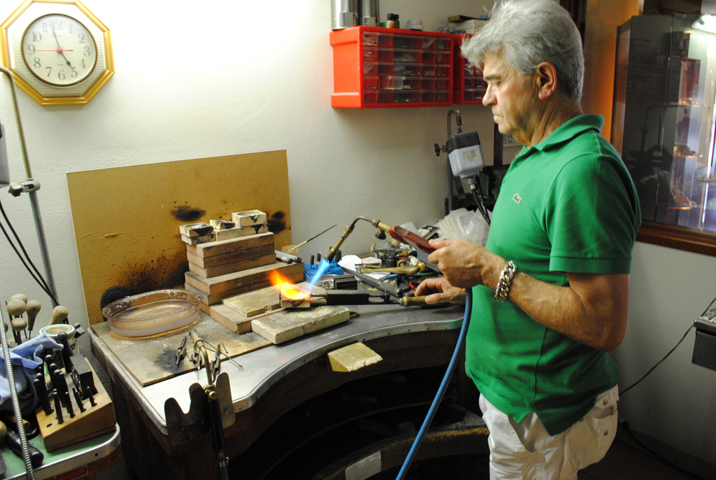 Bruno Nucci works with fire to create a unique wearable metal element. Photo by Stefanie Burger/Gonzaga in Cagli.